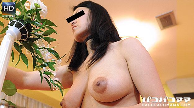 巨乳妻が裸で生け花