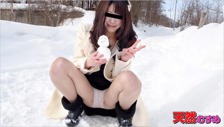 雪原露出 ?オマンコに雪が付いてヒャッ!? サンプル画像
